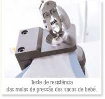 Teste de resistência das molas de pressão dos sacos de bebé.